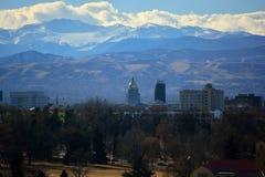 Byggnad för Colorado tillståndsKapitolium med den Rocky Mountains In royaltyfria bilder