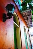 Byggnad för fransk fjärdedel med balkongen arkivbild