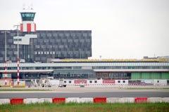 Byggnad för huvudsaklig flygplats från plattformen på den Rotterdam Haag flygplatsen i theNetherlands royaltyfri fotografi