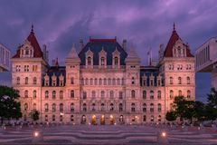 Byggnad för Kapitolium för New York stat på natten, Albany NY royaltyfria bilder