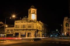 Byggnad för klockatorn på den gamla Phuket staden arkivfoton