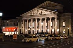 Byggnad för nationell teater på natten i Munich, Tyskland Royaltyfria Bilder