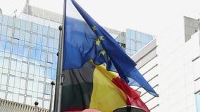 Byggnad för parlament för flagga för europeisk union i Bryssel Belgien vind stock video
