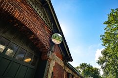 Byggnad för röd tegelsten med säkerhetsspegeln Bakgrund royaltyfria foton