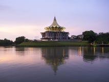 Byggnad för Sarawak tillståndslagstiftande församling, Kuching, Malaysia Arkivbild