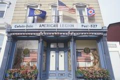 Byggnad för stolpe 527 för amerikansk legion med flaggor, Seneca Falls, New York Arkivfoto