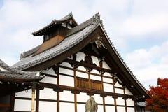 Byggnad för Tenryu-ji ` s Kuri och höstlövverk royaltyfria bilder