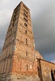 Byggnad för torn för Pomposa abbotsklosterklocka historisk nära Ferrara i Ita Arkivbilder