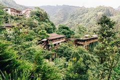 Byggnad för traditionell kines på bergöverkanten, Taiwan arkivbild