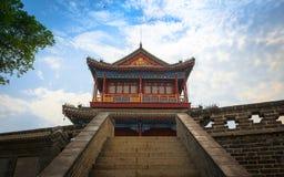 Byggnad för traditionell kines under blå himmel royaltyfri foto