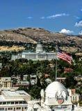 Byggnad för Utah Kapitoliumkupol i Salt Lake City Utah med amerikanska flaggan Arkivfoto