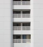 Byggnad för vit balkong för Closeup modern Royaltyfri Bild