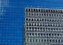 byggnad förvred reflexioner Royaltyfri Bild
