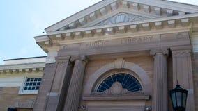 Byggnad f?r Norwalk offentligt bibliotekConnecticut marmor, gammalgrekiskak?nsel arkivfoto