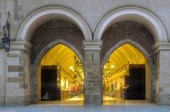 Byggnad för den Sukiennice torkdukekorridoren på central kvadrerar av Krakow Arkivfoton