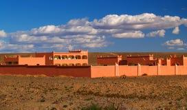 Byggnad i öknen av Marocko Arkivbild