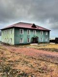 Byggnad i Barentsburg Fotografering för Bildbyråer