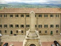 Byggnad i berg i San Marino Arkivbilder