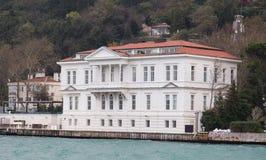 Byggnad i den Bosphorus kanalen Arkivbild