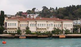 Byggnad i den Bosphorus kanalen Arkivfoto