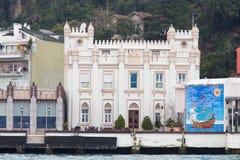 Byggnad i den Bosphorus kanalen Fotografering för Bildbyråer