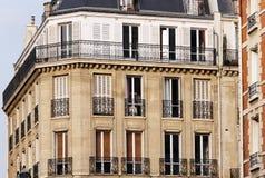 Byggnad i den paris mitten Royaltyfria Bilder