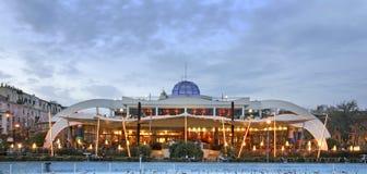 Byggnad i den Tirana staden albacoren royaltyfria foton