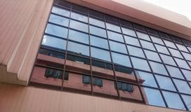 Byggnad i fönster royaltyfria foton