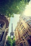 Byggnad i Paris nära Eiffeltorn royaltyfria foton