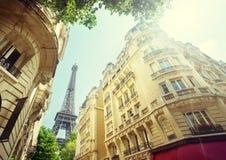 Byggnad i Paris nära Eiffeltorn Arkivbild