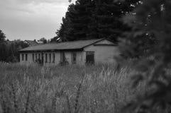 Byggnad i skog Arkivbilder
