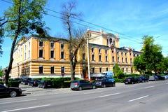 Byggnad i staden Cluj-Napoca Arkivfoto