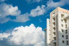 Byggnad i Thailand bakgrund av blå himmel Arkivbilder