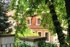 Byggnad i trädgård i Prague Royaltyfri Foto