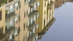 Byggnad i vattenreflexion lager videofilmer