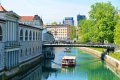 Byggnad Ljubljana för central marknad, sikt från över floden Ljuljanica Arkivfoto