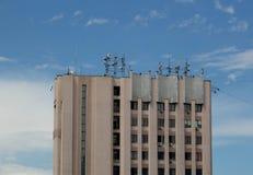 Byggnad med antenner Arkivbild