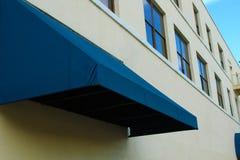 Byggnad med blått över hängning och himmel Arkivfoton