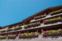 Byggnad med blommaaskar Arkivfoto