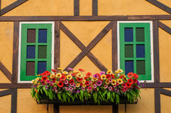 Byggnad med blommagarnering Arkivfoto