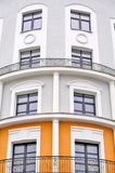 Byggnad med den rundade facaden och balustrader arkivfoton