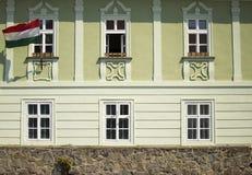 Byggnad med den ungerska flaggan Arkivbilder