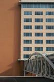 Byggnad med den välvda gångbanan Arkivbilder