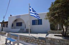 Byggnad med dess typiska blåa dörrar och Windows i Ano Mera On The Island av Mykonos Arkitektur landskap resorkryssningar arkivfoton
