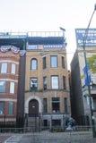 Byggnad med det Chicago CubsEamus Catuli tecknet Across från Wrigley royaltyfria foton