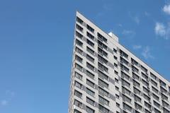 Byggnad med en akut vinkel i den blåa himlen Royaltyfri Fotografi