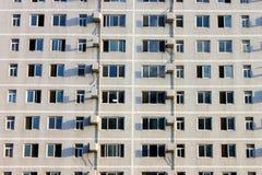 Byggnad med ett fullsatt fönster för radda Royaltyfria Foton