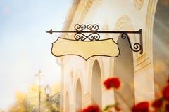 Byggnad med ett smidesjärntecken royaltyfri fotografi