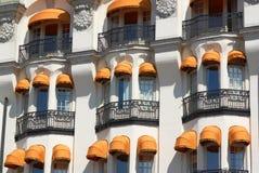 Byggnad med färgrika markiser Royaltyfri Fotografi