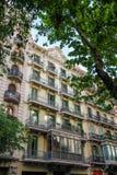 Byggnad med gröna fönster, Barcelona (Spanien) Royaltyfri Fotografi